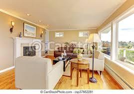 helles gemütliches wohnzimmer mit beige wände und kamin