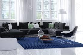 das helle luftige moderne wohnzimmer innenraum mit weißen wänden und holzboden große fenster mit hauchdünnen vorhänge und eine einfache teppich und