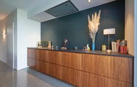 elegante holztöne verbinden küche und wohnzimmer