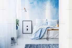 gemusterten teppich und poster innen blaue schlafzimmer mit bett gegen ombre tapete stockfoto und mehr bilder aquarell