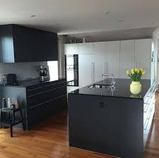 14 graue küche schwarze arbeitsplatte küche schwarz