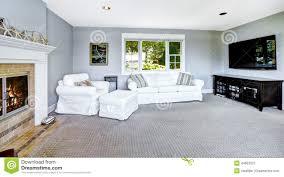 hellblaues wohnzimmer mit weißem sofa und kamin stockbild