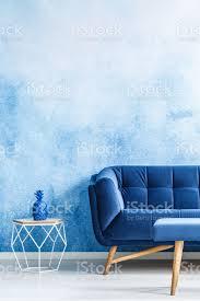 kopieren sie raum monochromatische wohnzimmer interieur mit plüsch dunkelblaue und metall beistelltisch ombre wand echtes foto stockfoto und