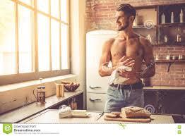 junger mann in der küche stockbild bild