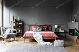 echtes foto einem gemütlichen schlafzimmer interieur mit holzbett in der mitte foto bialasiewicz auf envato elements