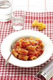 pates a l amatriciana pâtes rigatoni à l amatriciana typiques de rome un déjeuner