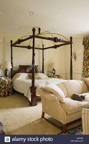 schlafzimmereinrichtungen bett im schlafzimmer mit