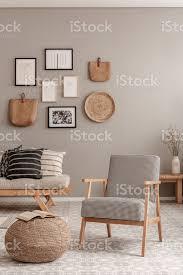 vintage sessel mit kariertem muster neben bequemen beige sofa mit kissen in schönen wohnzimmer interieur stockfoto und mehr bilder archivmaterial