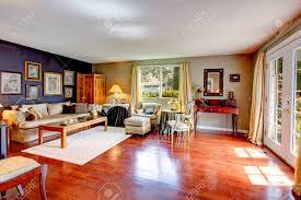 große alte wohnzimmer mit parkettboden sofa couchtisch und antitque brust stühle
