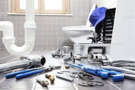 klempner werkzeuge und vorrichtungen in einem badezimmer sanitärreparaturservice montieren und installieren konzept stockfoto und mehr bilder