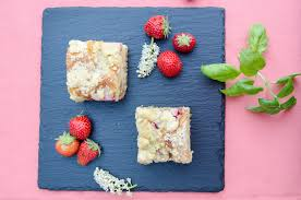 erdbeer rhabarber topfenschnitten mit streuseln baking