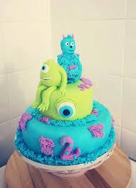 un gâteau décoré de pâte à sucre et pourquoi pas le de