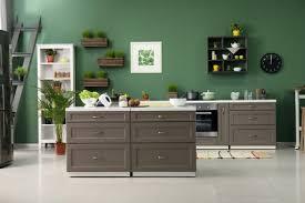 küchen idee moderne küche mit grüner wand deko