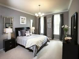 schlafzimmer grau beiger teppichboden wandspiegel schwarze