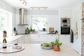 blick über den tresen in die weiße küche bild kaufen