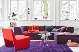 klare ordnung wohnzimmer in rot und lila bild 3