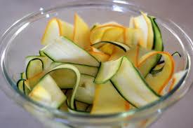 cuisiner la courgette jaune recette de salade de courgette en rubans