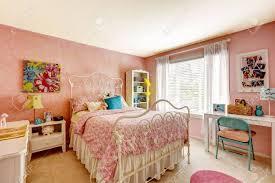 gemütliches schlafzimmer interieur in rosa farbe mit weißen eisenbett