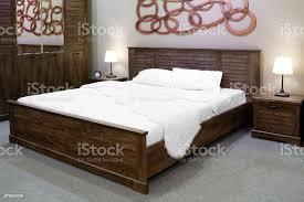 luxus aus holz und modernen landhausstil schlafzimmer in braun und beige töne interieur aus einem hotelschlafzimmer stockfoto und mehr bilder