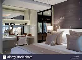 ankleideraum und tisch im schlafzimmer der ferienwohnung in