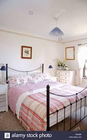 schlafzimmer schwarz weiss rosa caseconrad