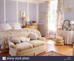 kleine creme sofa unter bett mit vintage daunendecke in