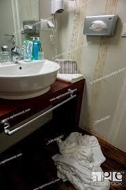 in einem hotel liegen handtücher auf dem boden sollen gegen