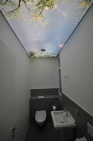 bedruckte spanndecke in einem gäste wc beleuchtung wc