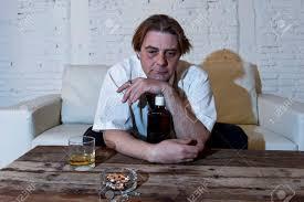 traurig depressiv alkoholiker geschäftsmann auf seinem 40er jahre mit lose krawatte suchen verschwendet und betrunken trinken whisky und rauchen zu