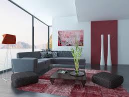 wohnzimmer innenraum mit roter wand und teppich stock