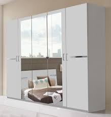 schlafzimmer in weiß mit chromfarbenen elementen