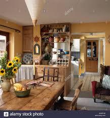 vase mit gelben sonnenblumen auf alte kiefer tisch in gelbe