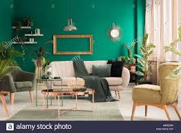 grüne decke geworfen auf die hellen sofa mit kissen in
