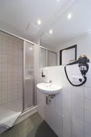 badezimmer mit großer wohlfühldusche und haartrockner