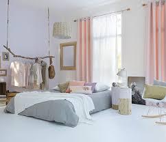 lumiere pour chambre chambre scandinave avec rideaux pastel et voilage blanc
