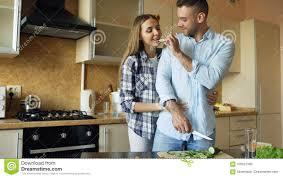 baise cuisine embrassement de baiser de jeunes couples heureux et causerie dans la