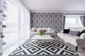 elegantes zeitgenössisches wohnzimmer mit weißen retro sofas und floralen tapeten