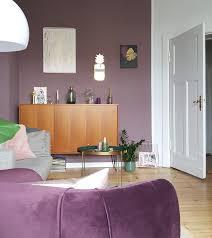 skandinavisch wohnzimmer lila violett sideboard