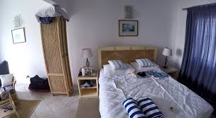 schlafzimmer es gibt große strandhandtücher die blau weiß
