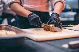 chefkoch bei der arbeit der in einer restaurantküche einen