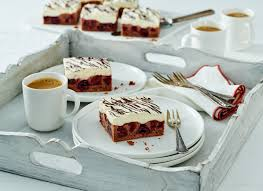 poke cake mit vanillepudding und kirschen