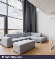 modernes wohnzimmer mit grauem ecksofa und großer