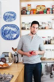 mann hält eine kaffeetasse in der küche bild kaufen
