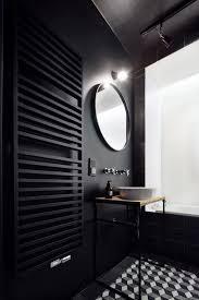 schwarz badezimmer mit berühmten kunstwerk an der decke