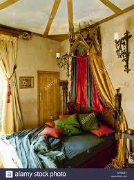 eine gotische gestalteten schlafzimmer mit gelben wänden