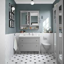 elegantes badezimmer in hellen farben spiegelschrank