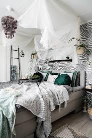 gemütliches schlafzimmer im jungle bild kaufen