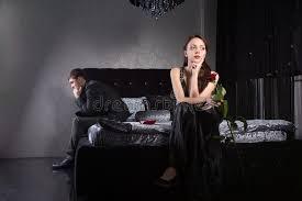 chambre pour amants amants luttant pour quelque chose tandis qu à la chambre à coucher