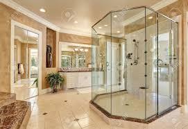 schöne luxus marmor badezimmer interieur in beige farbe große glas begehbare dusche northwest usa