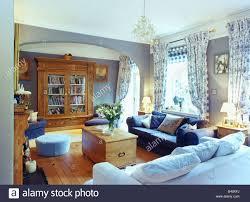 hellblau und dunkel blauen sofas und brust in hellblau